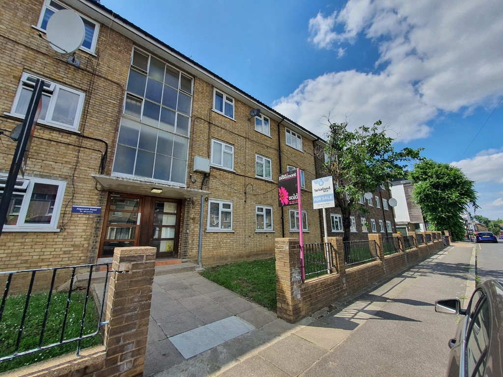 Second floor modern flat to rent. With two good sized bedrooms, a modern kitchen and modern bathroom. In a sought after road, near Lewisham Station and Ladywell.