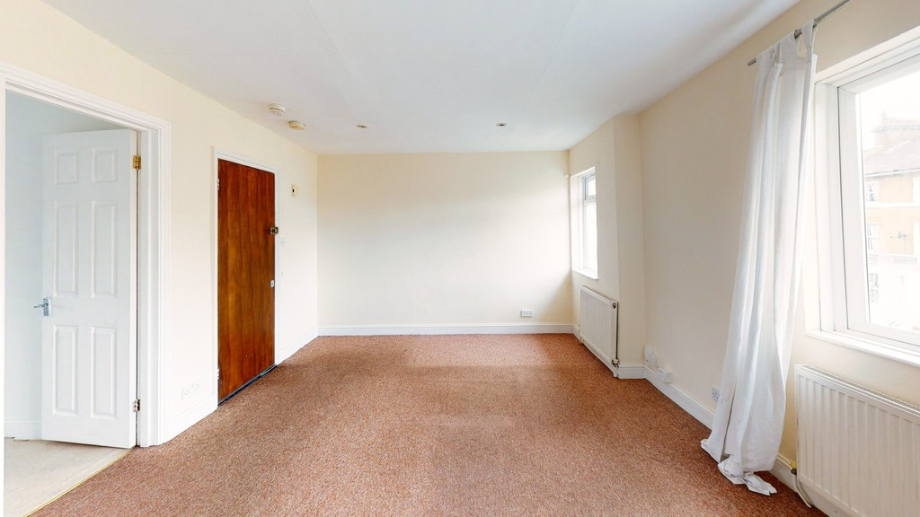 A project or investment flat for sale. Well located for Lewisham High Street and Hither Green. This is a top floor Victorian conversion flat. No chain.
