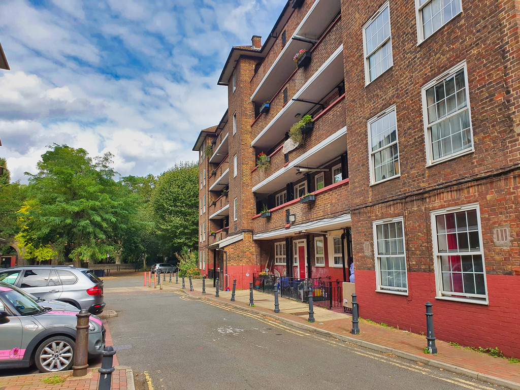 4 double bedroom ground floor flat. Located in the heart of Deptford and next to Greenwich. The property provides good proportions throughout and will be redecorated. Deptford High Street is on your door step and Greenwich Town Centre is nearby with a range of amenities.