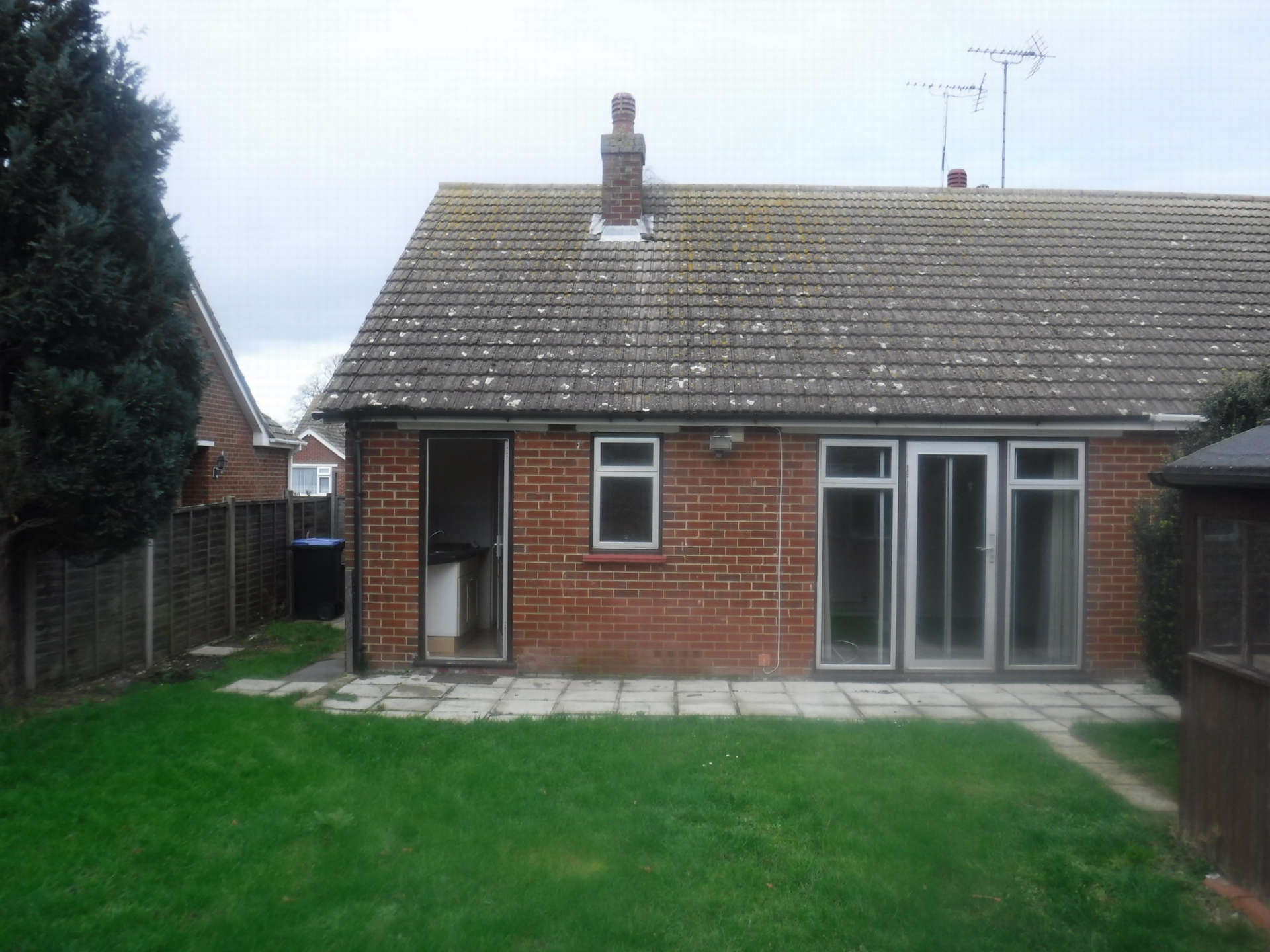 2 bed bungalow to rent in Maxine Gardens, St. Peters, CT10  - Property Image 2
