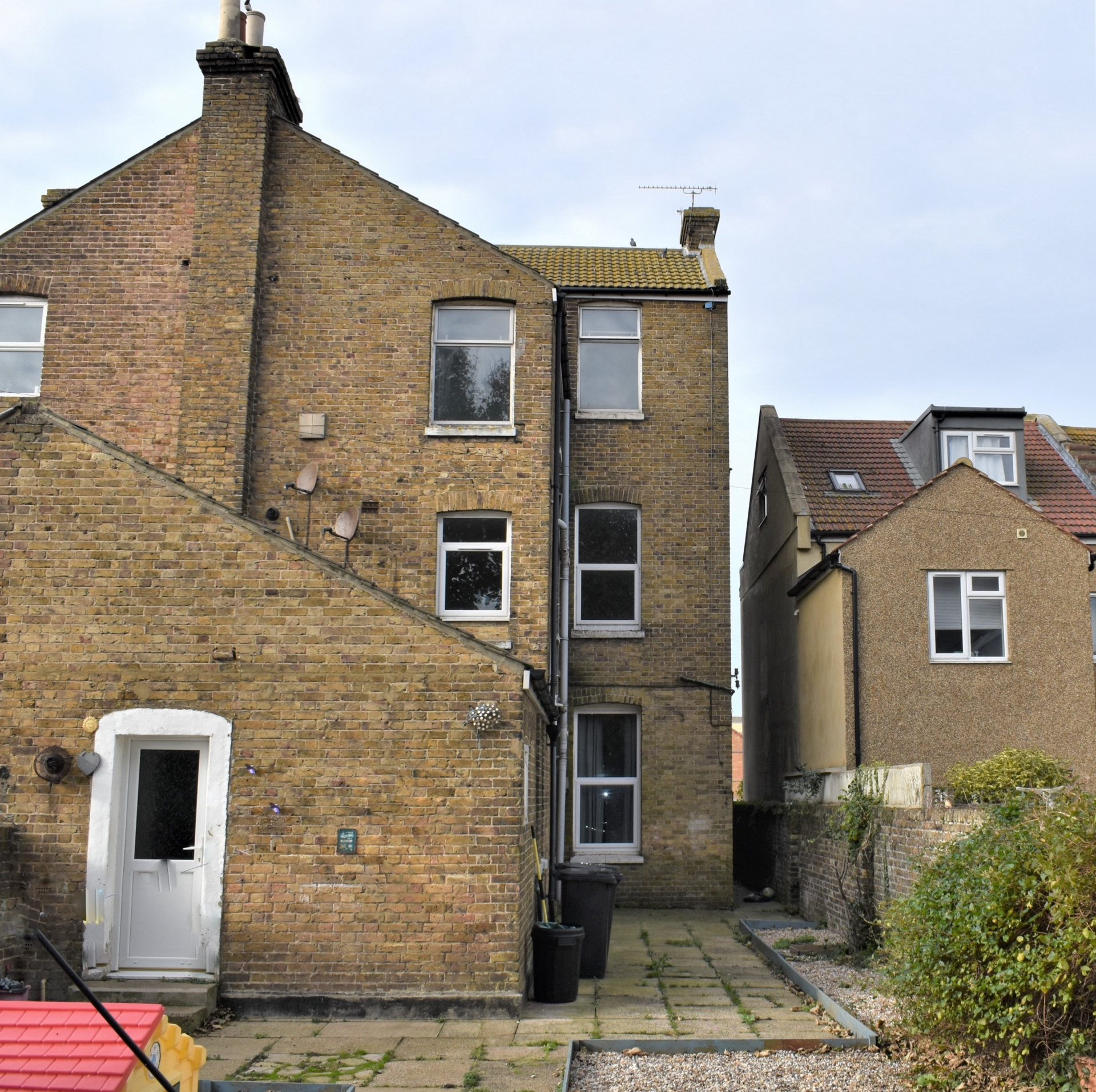 4 bed flat for sale in Harold Road, Margate 1