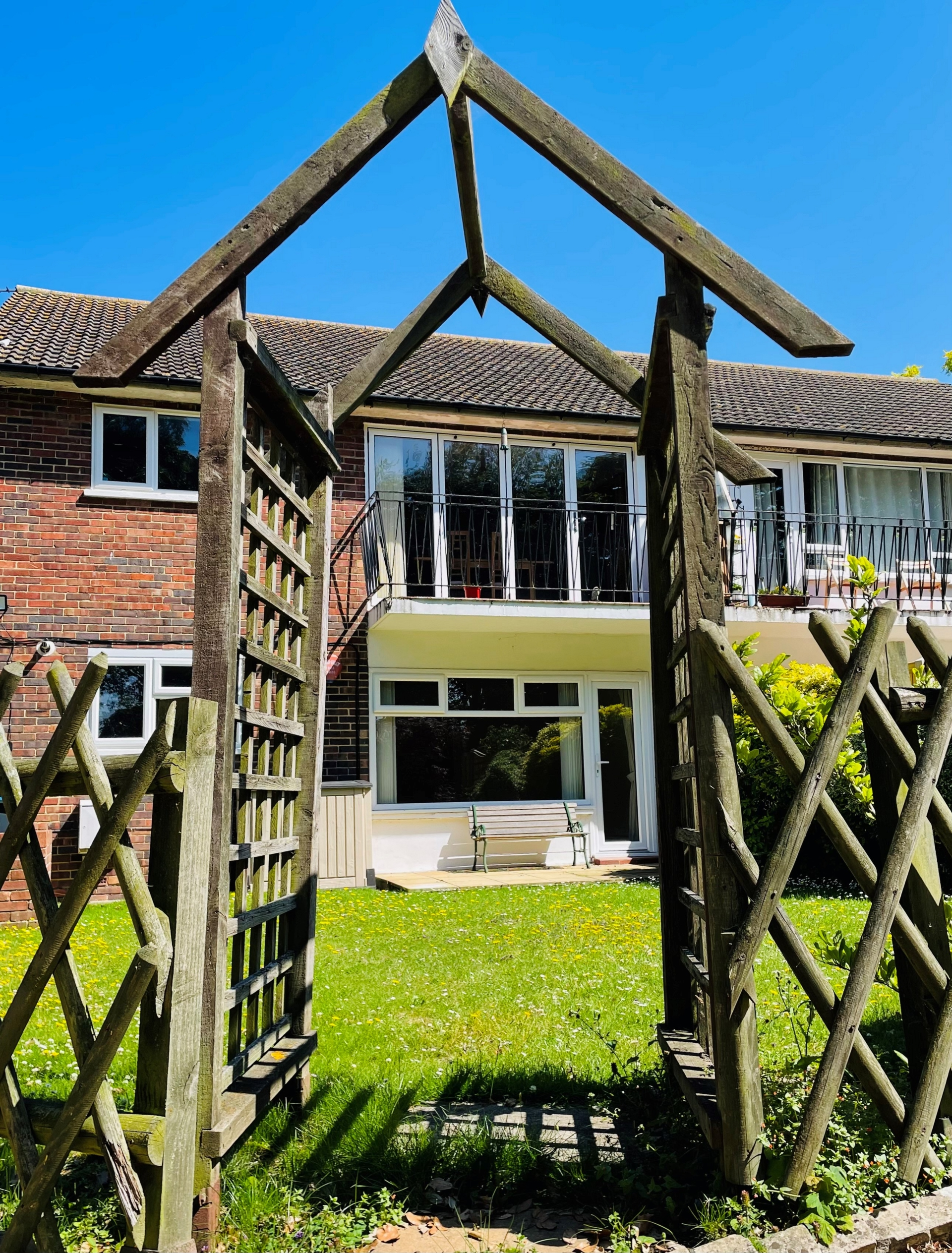 2 bed flat to rent in Gladstone Road, Broadstairs 1
