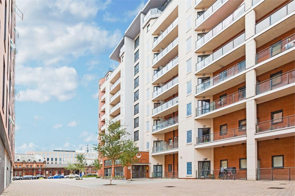 2 bed apartment to rent in The Junction, Grays Place, Slough, Berkshire, Slough, SL2