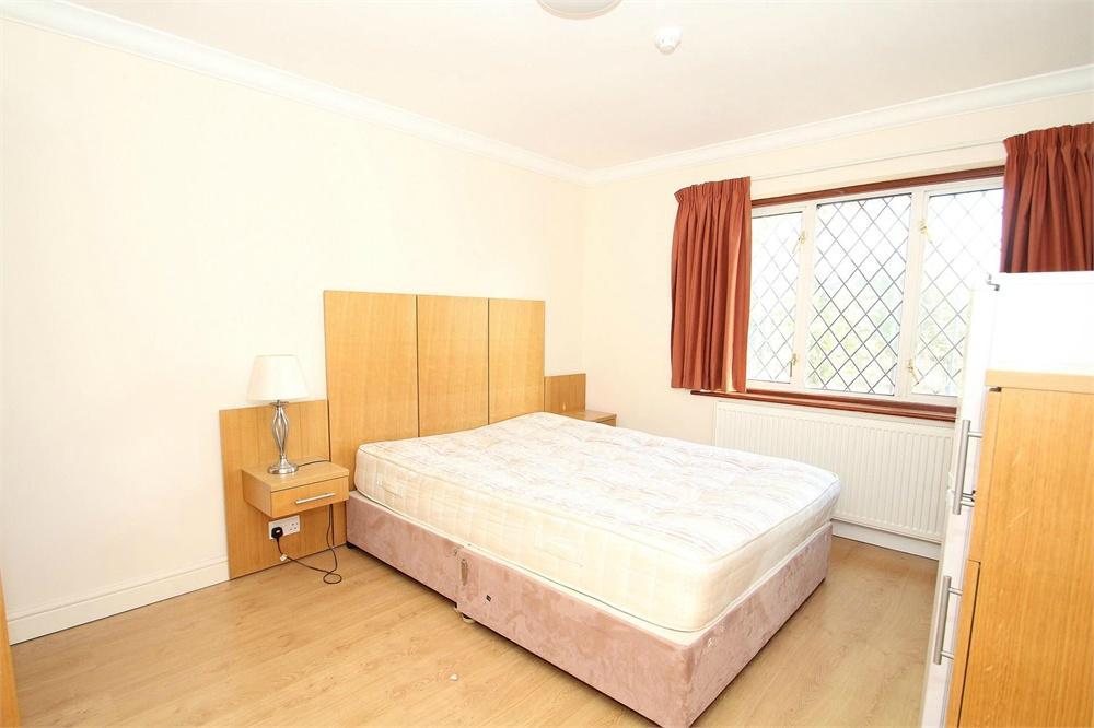 Apartment to rent in Bath Road, Harmondsworth, West Drayton, West Drayton, UB7