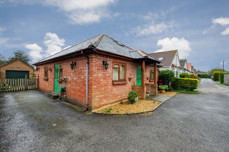 3 bed bungalow for sale in Queens Gardens, Chichester 3