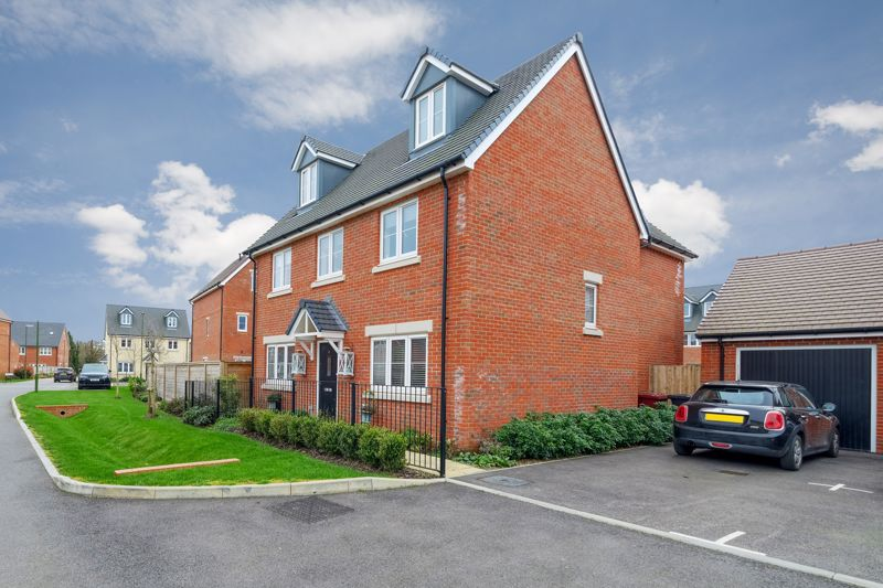 5 bed house for sale in Kingfisher Gardens, Chichester  - Property Image 1