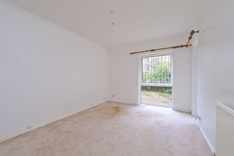 2 bed flat for sale in Broyle Close, Chichester 4