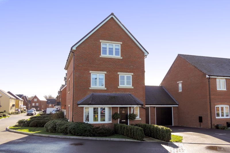 4 bed house for sale in Kingfisher Gardens, Chichester - Property Image 1