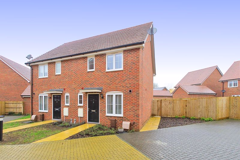 3 bed house for sale in Squires Grove, Chichester - Property Image 1