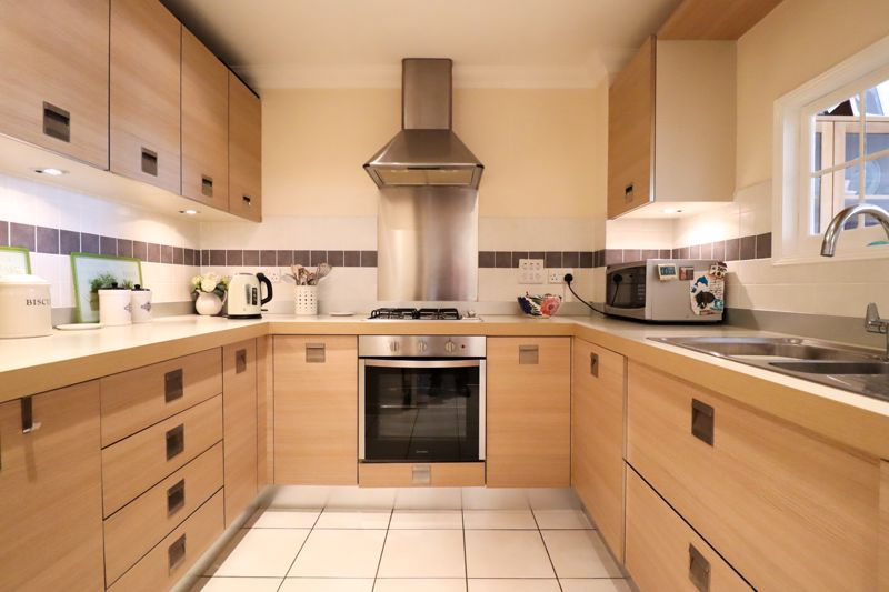 2 bed flat for sale in Tilemakers Close, Chichester  - Property Image 3