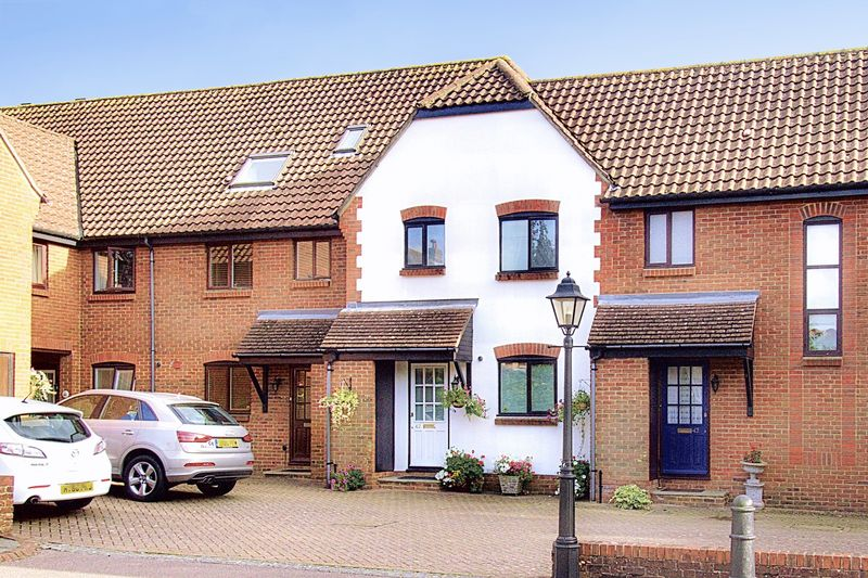 3 bed house for sale in Bishopsgate Walk, Chichester - Property Image 1