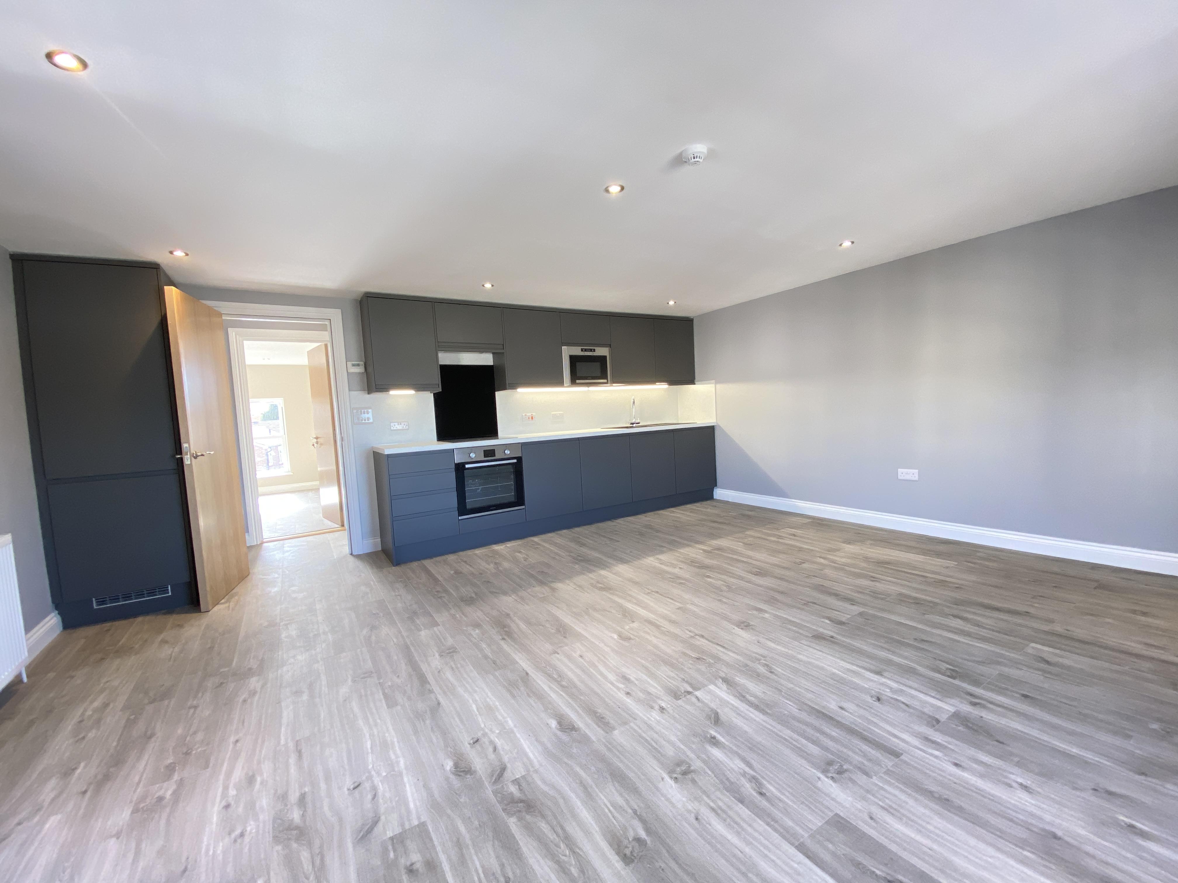 2 bed flat to rent in Pier Road, Gravesend, DA11