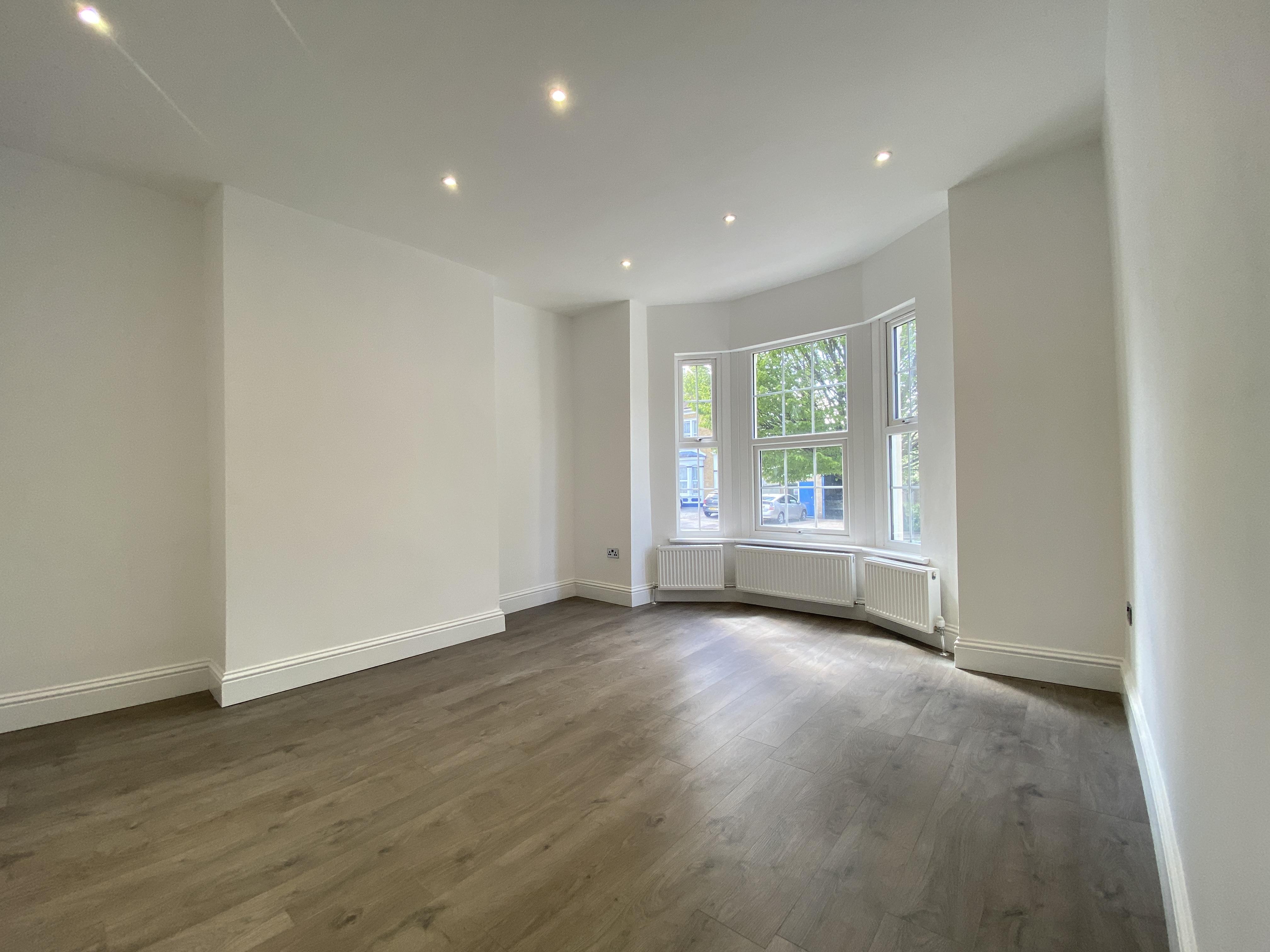 2 bed flat to rent in The Grove, Gravesend, DA12