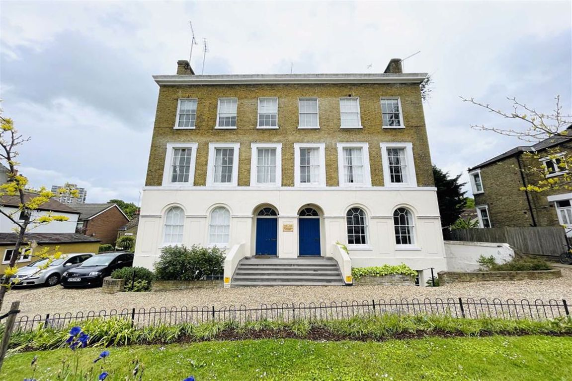 2 bed flat to rent in Woodhill, Woolwich, SE18