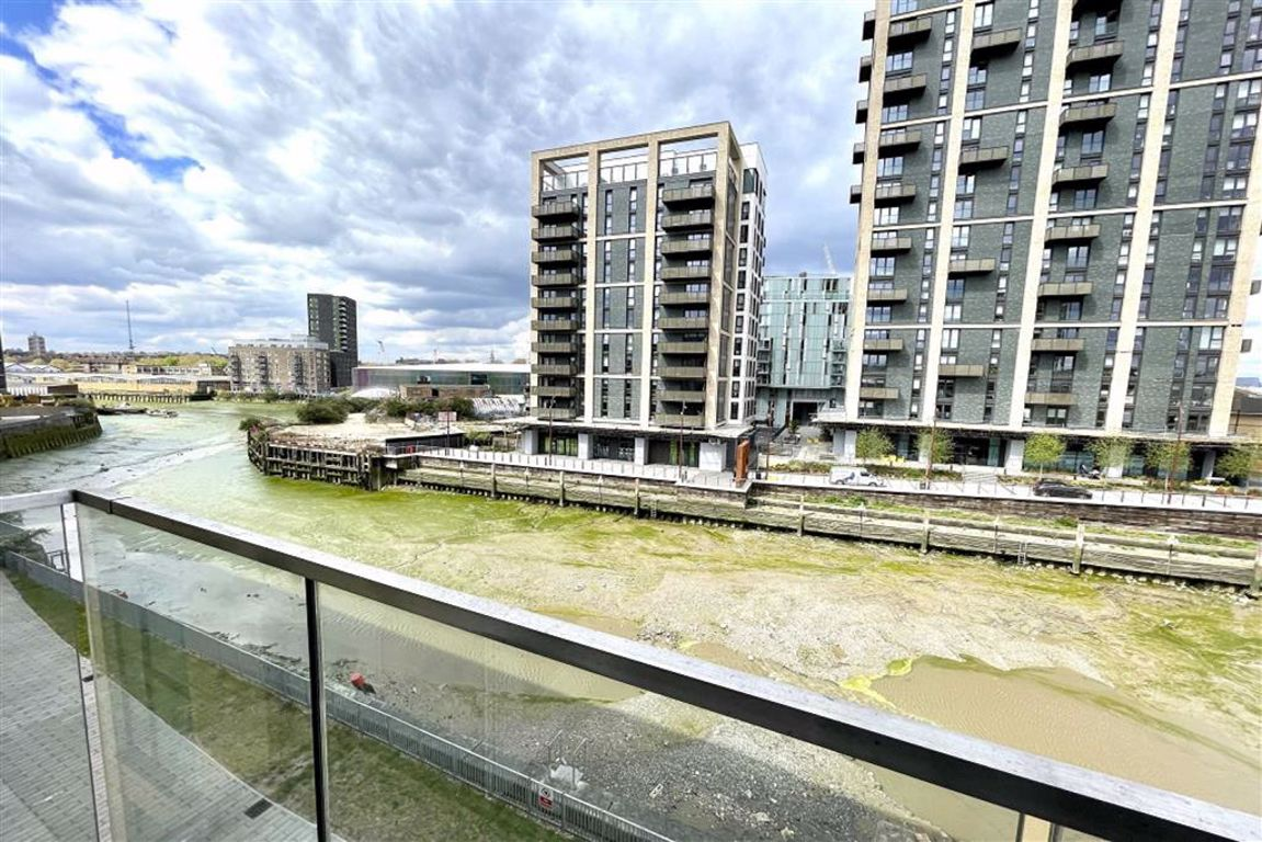 3 bed flat to rent in Norman Road, Greenwich, SE10