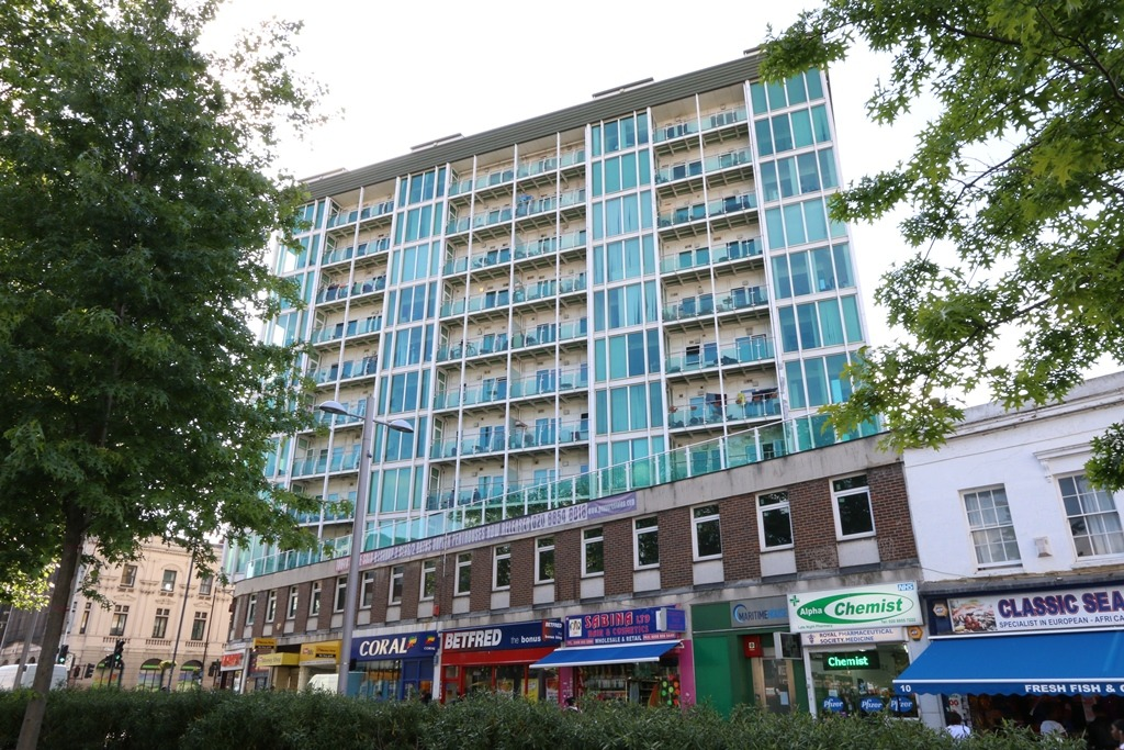2 bed flat to rent in Greens End, London, SE18
