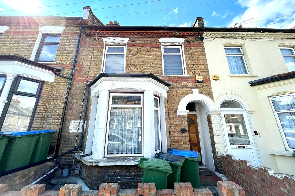 2 bed terraced house to rent in Tewson Road, London, SE18