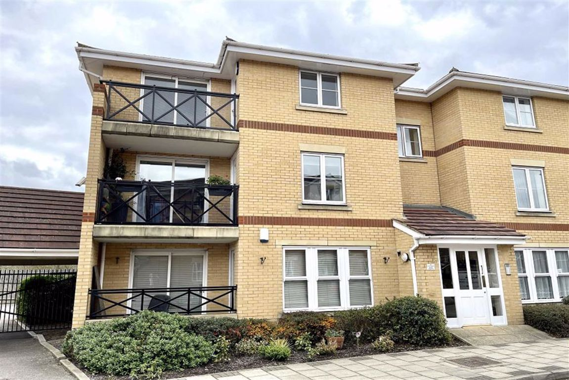 2 bed flat to rent in Marathon Way, West Thamesmead, SE28