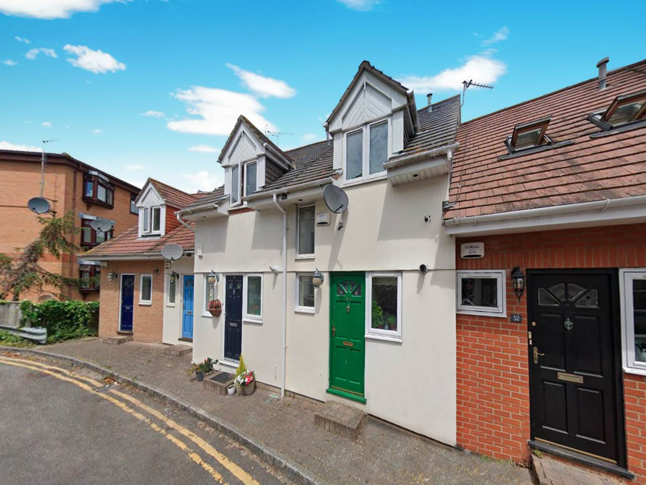 CENTRALLY LOCATED MEWS STYLE TOWN HOUSE * 3 BEDROOMS OVER 4 FLOORS * GARAGE * GATED ENTRANCE * EN SUITE PLUS 2 BATHROOMS * UTILITY ROOM * MODERN KITCHEN * NO CHAIN!!
