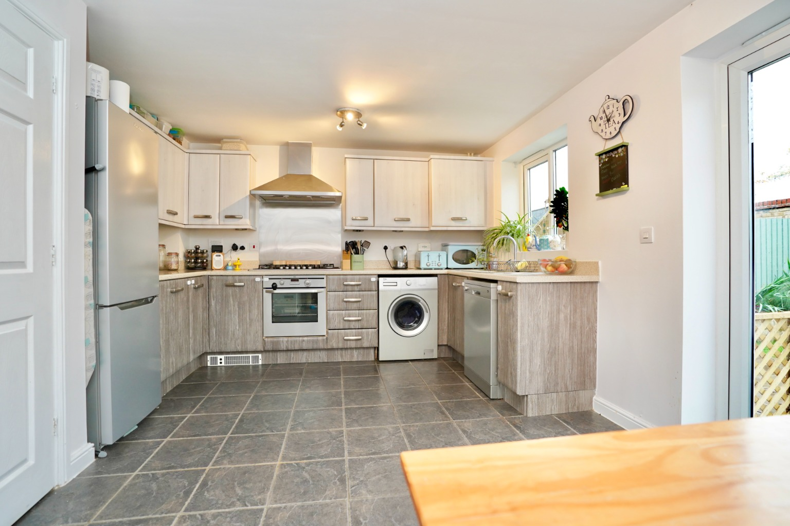 3 bed end of terrace house for sale in Stone Hill, Cambridgeshire  - Property Image 3