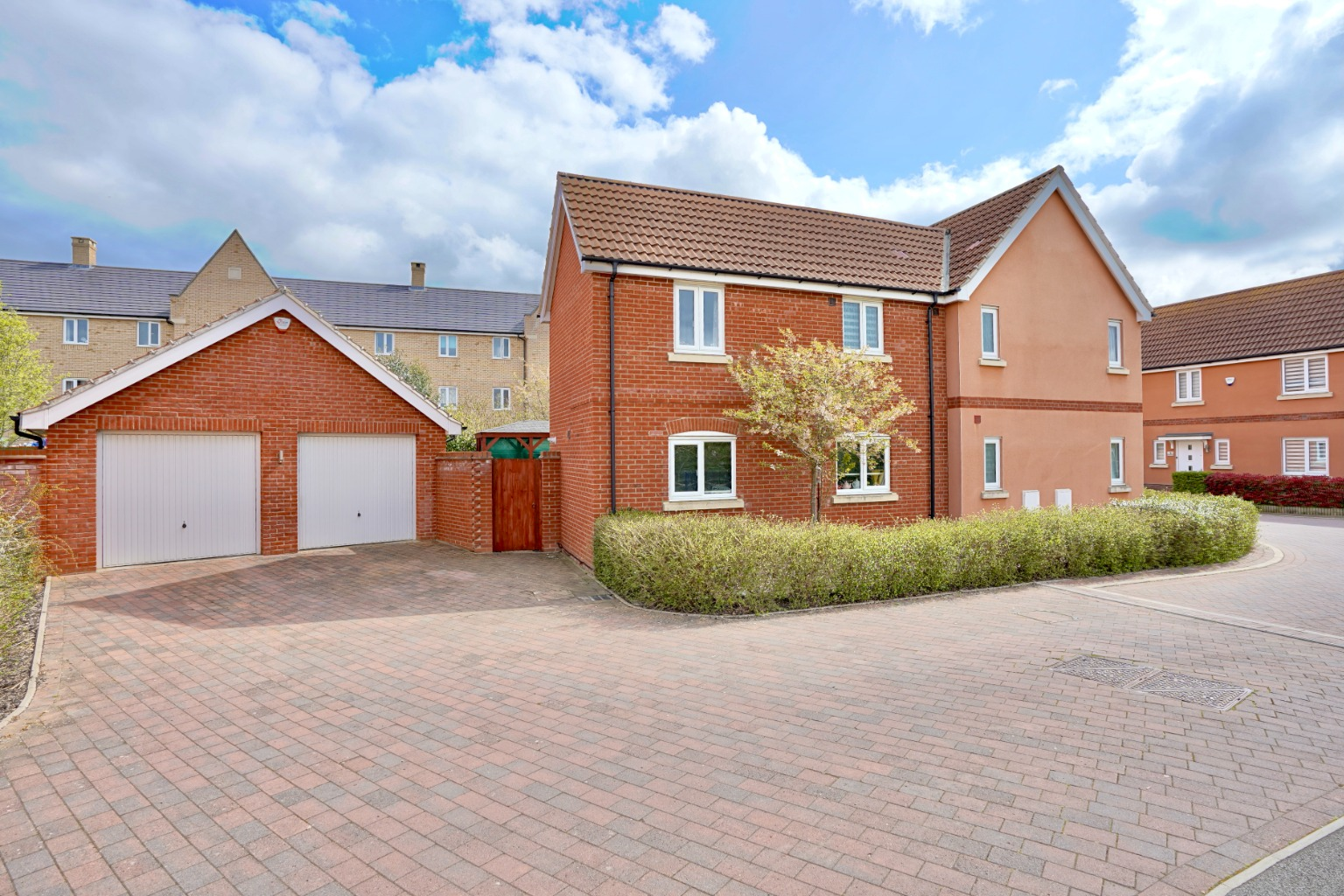 4 bed detached house for sale in Daffodil Close, St. Neots  - Property Image 1
