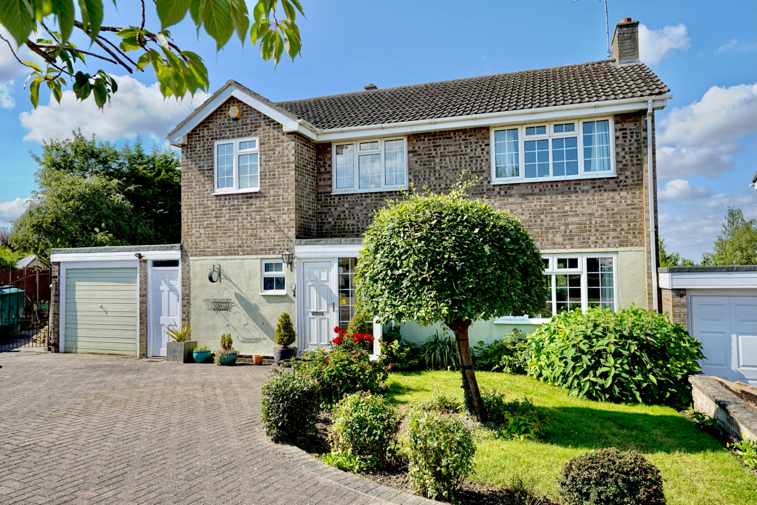 4 bed detached house for sale in Yeomans Close, Huntingdon 1
