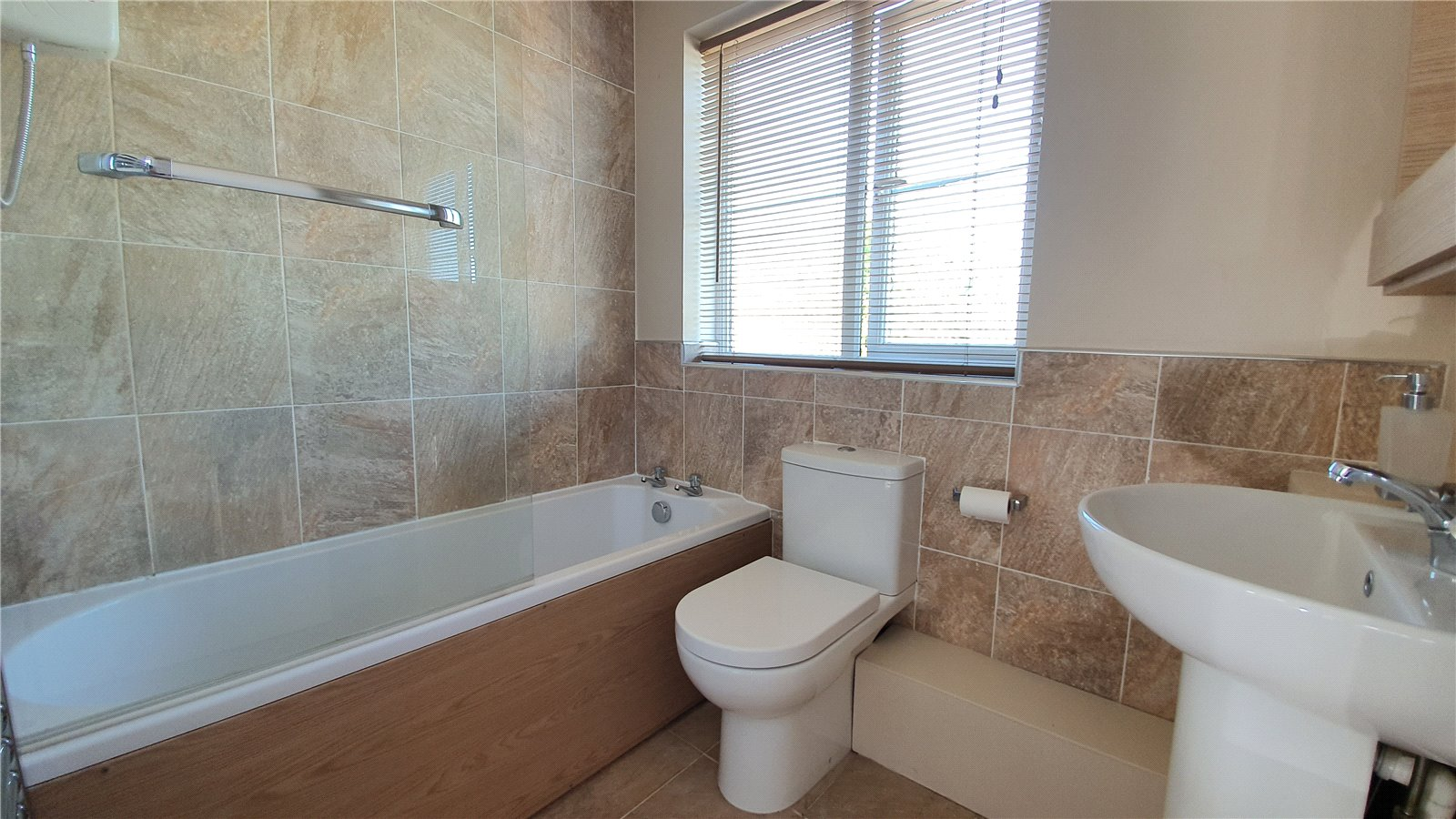3 bed house for sale in Farm Close, Wyboston 6