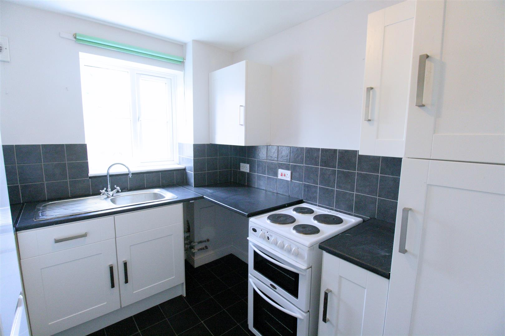2 bed flat to rent in Phillips Close, Carshalton 4