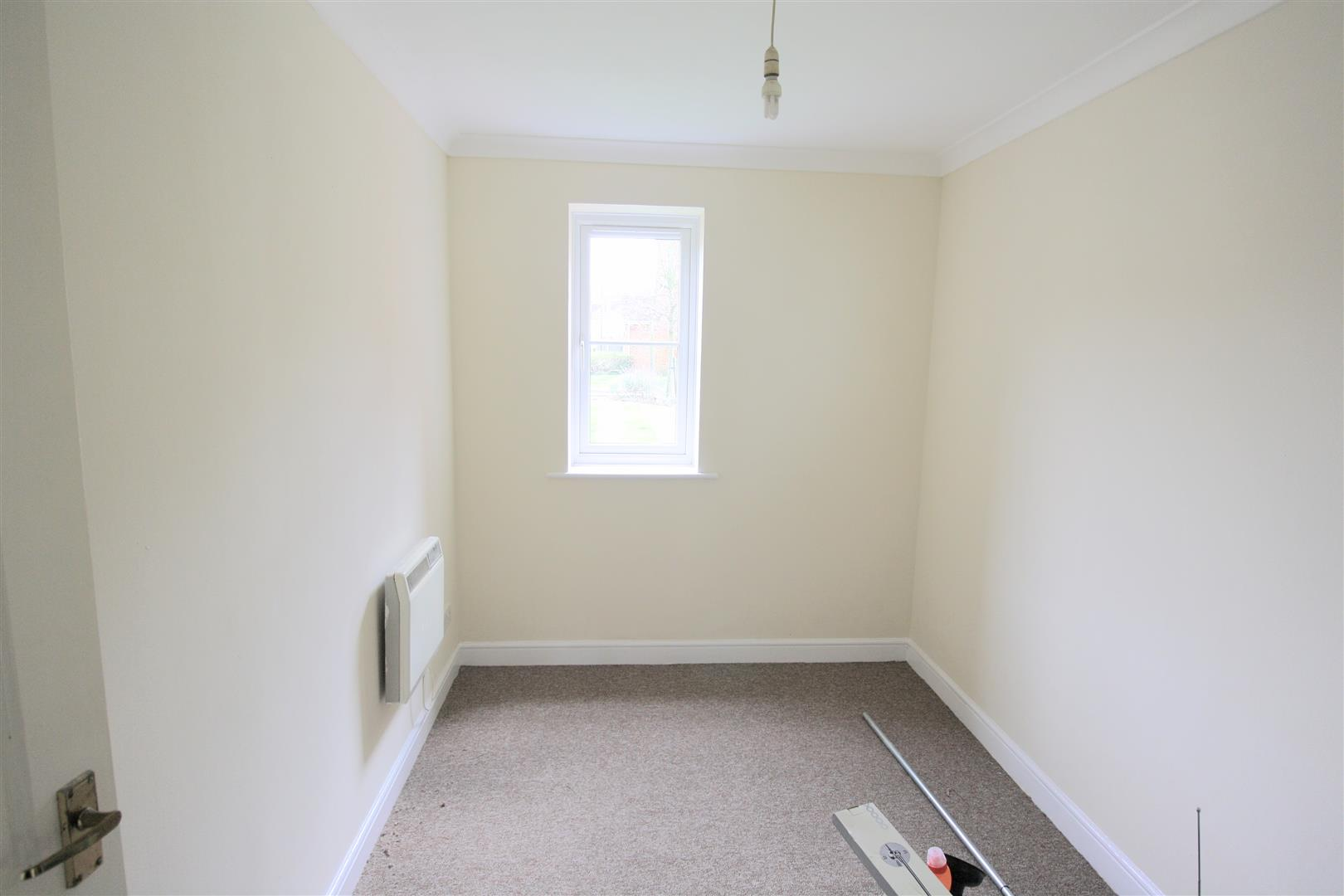 2 bed flat to rent in Phillips Close, Carshalton 3