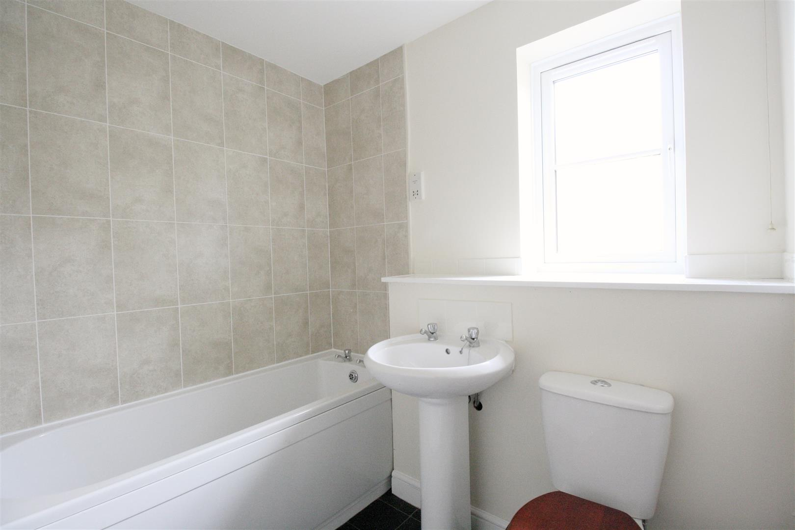 2 bed flat to rent in Phillips Close, Carshalton 1
