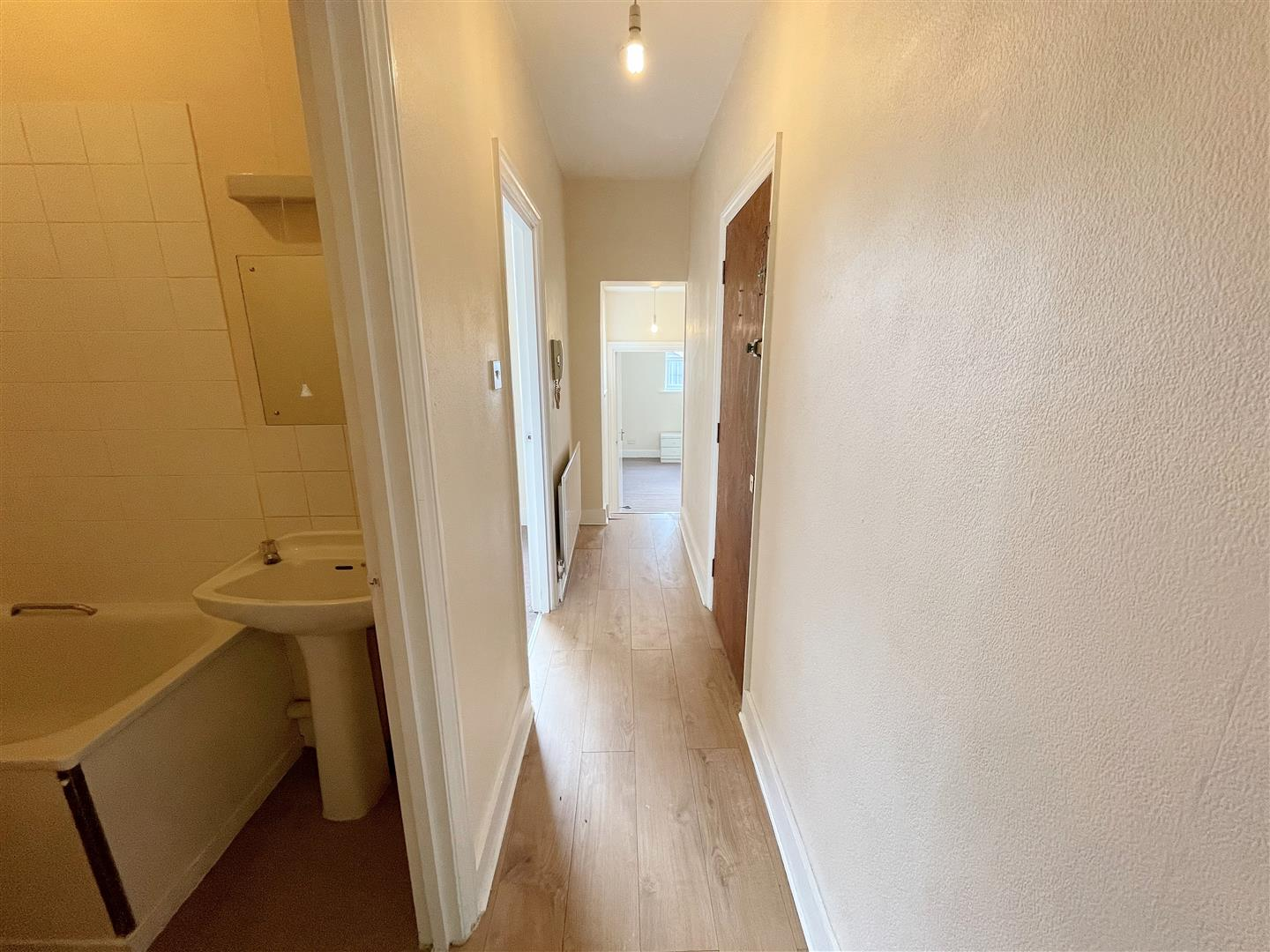2 bed flat to rent in Manor Road, Wallington 1