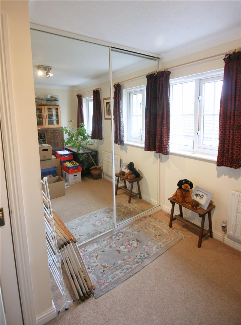 2 bed terraced house to rent in Elizabeth Close, Sutton 8