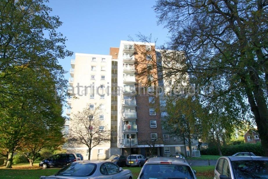 2 bed flat to rent in Carew Court, Basinghall Gardens, SM2