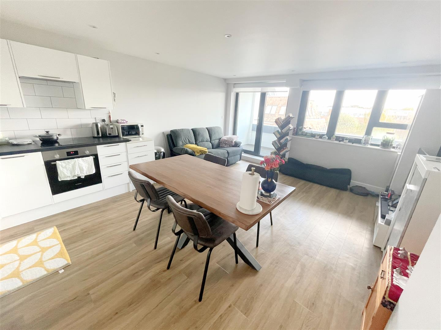 2 bed flat to rent in 242a High Street, Sutton 1