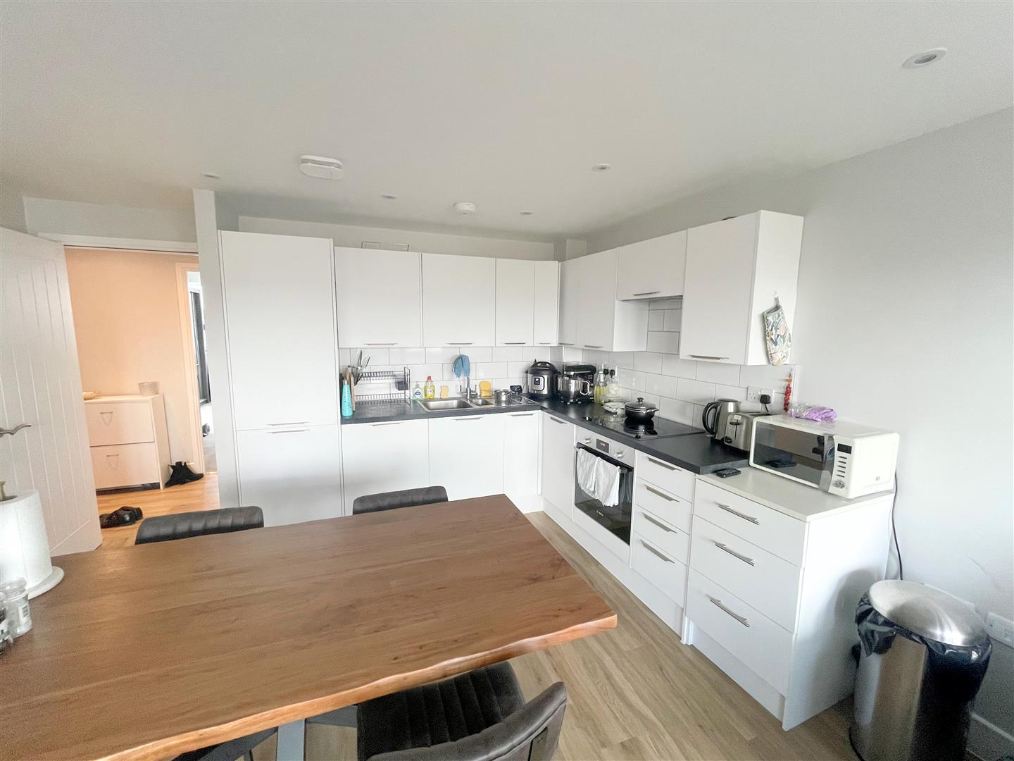 2 bed flat to rent in 242a High Street, Sutton 2