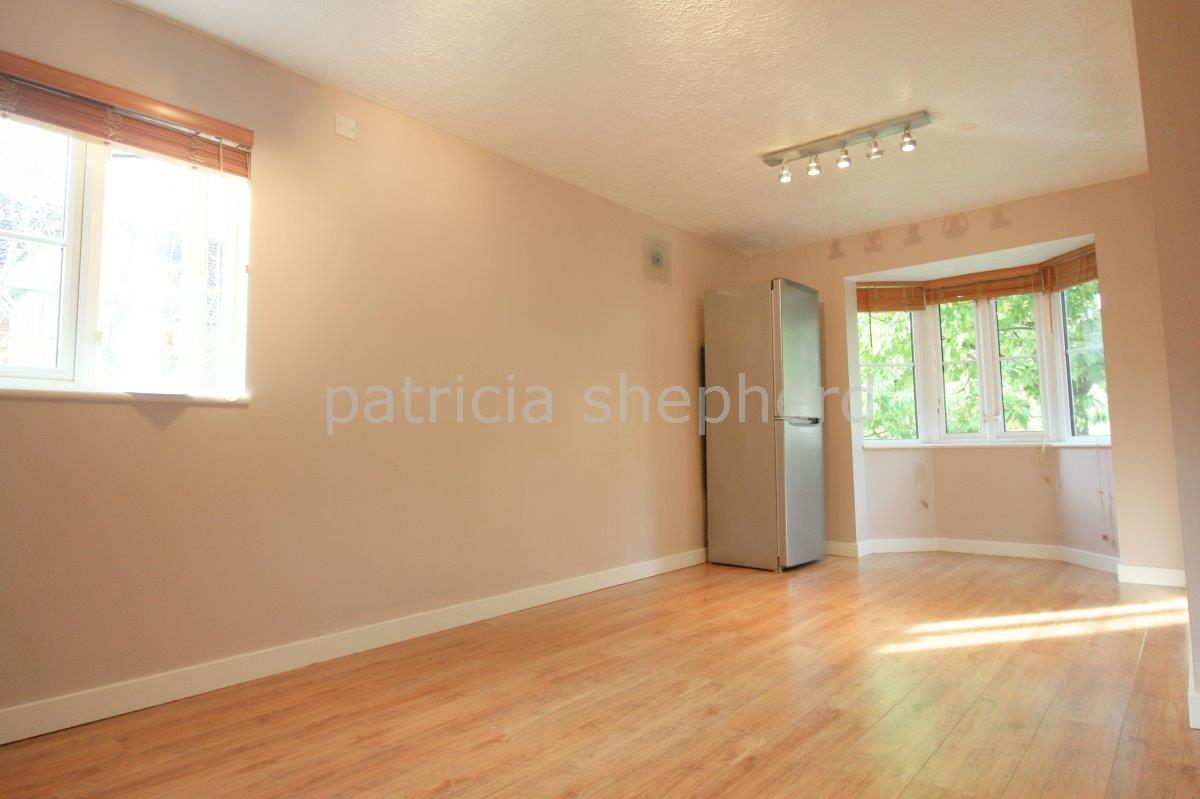 2 bed flat to rent in Autumn Drive, Sutton 1