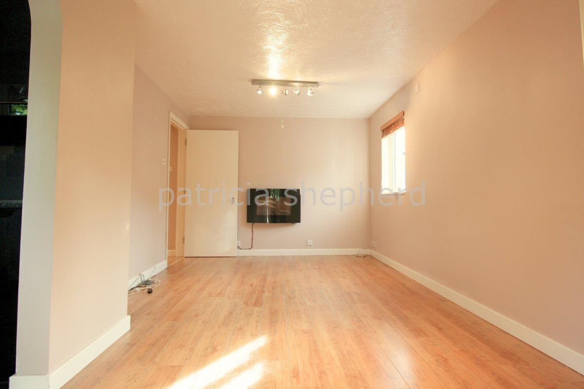 2 bed flat to rent in Autumn Drive, Sutton 2