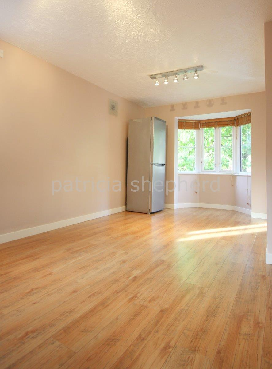 2 bed flat to rent in Autumn Drive, Sutton 3
