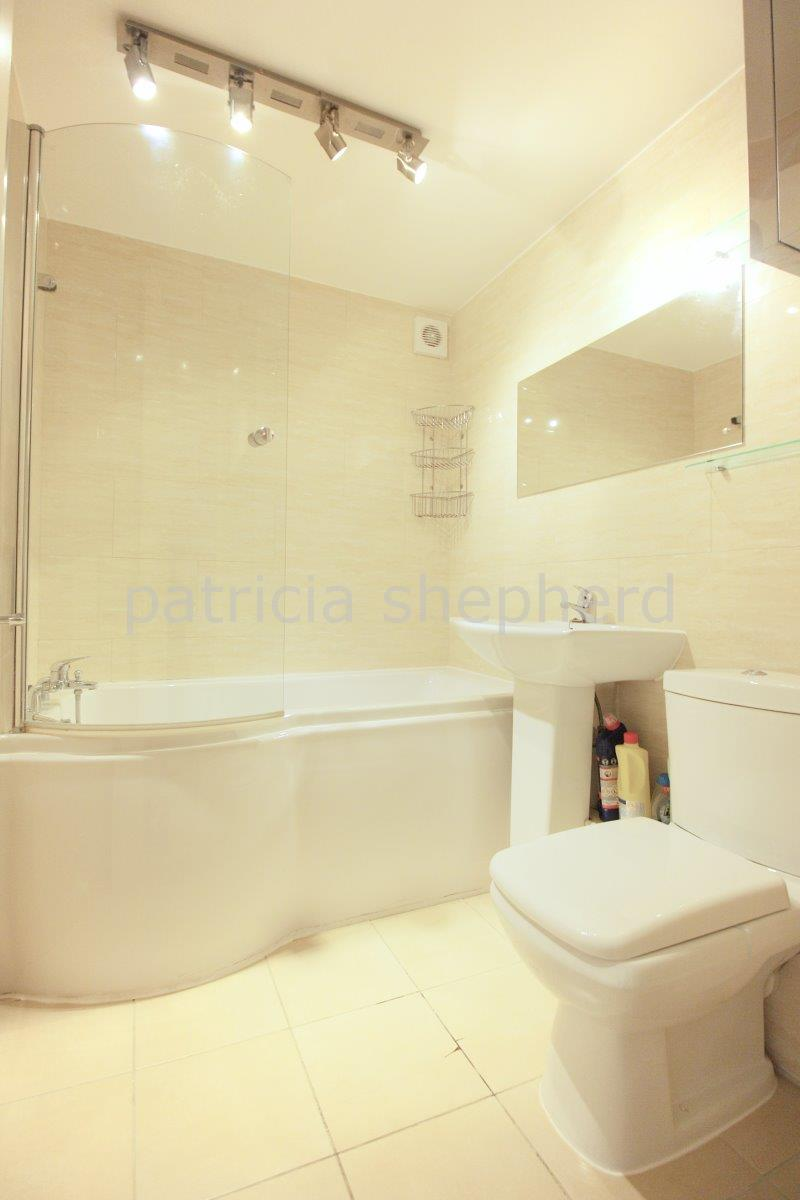 2 bed flat to rent in Autumn Drive, Sutton 8