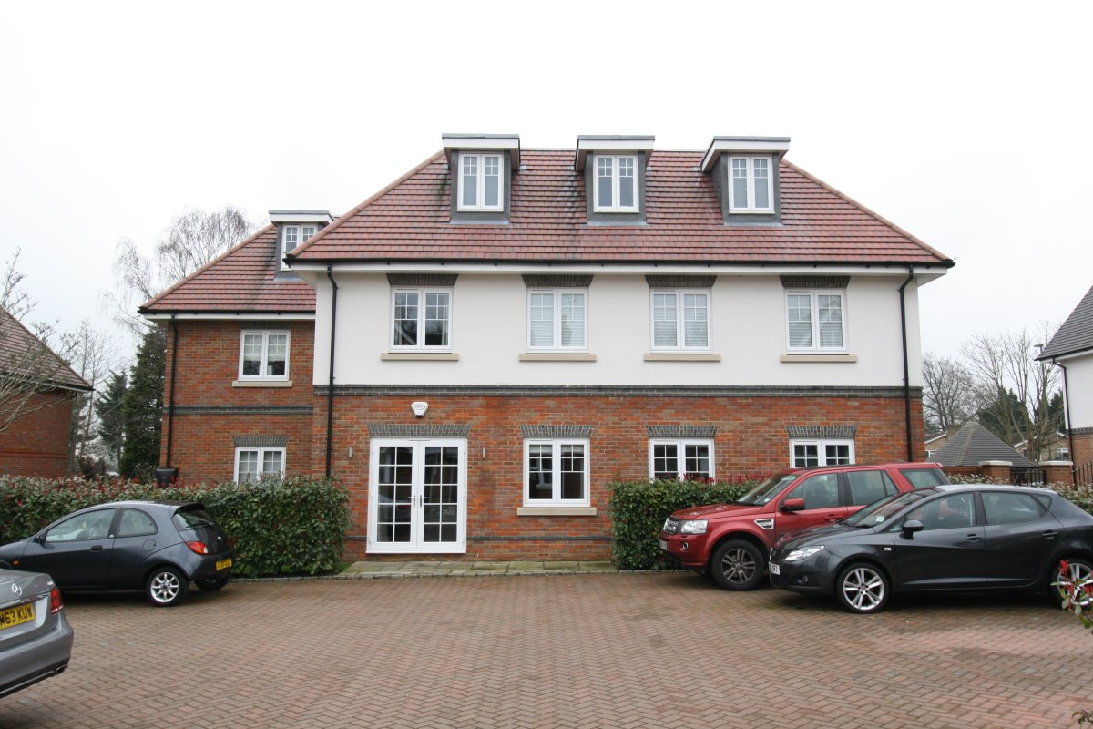 2 bed flat to rent in Magnolia Drive, Banstead, SM7