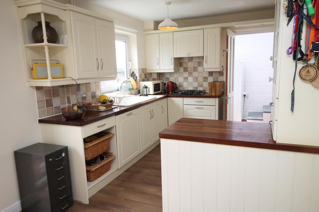 3 bed house to rent in South Hayes, Bristol 2