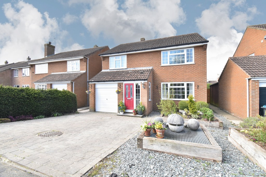A beautifully presented Detached House located in a quiet cul de sac location in this sought after village south of Northallerton which boasts one of the area's  highly regarded primary schools. The accommodation has been extended & includes a superb open plan living kitchen with Family Room, 4 bedrooms & 2 bathrooms.