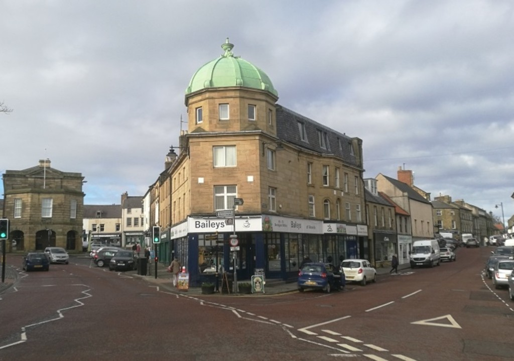 First floor offices centrally located in the popular market town of Alnwick. Two offices extending to 501 sq ft (46..54 sq m)