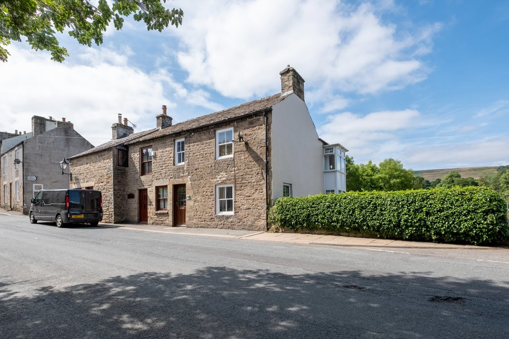 A three-bedroom house situated in the beautiful town of Alston surrounded by stunning open countryside. The property benefits from accommodation set over three floors with a private garden.