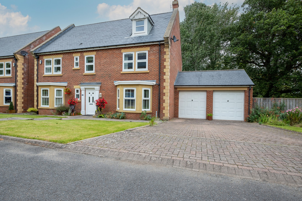 A beautifully presented six bedroom detached house occupying a desirable plot within an exclusive development of six properties, situated within the highly sought after market town of Hexham. The property benefits from a double garage, driveway and pleasant rear garden.
