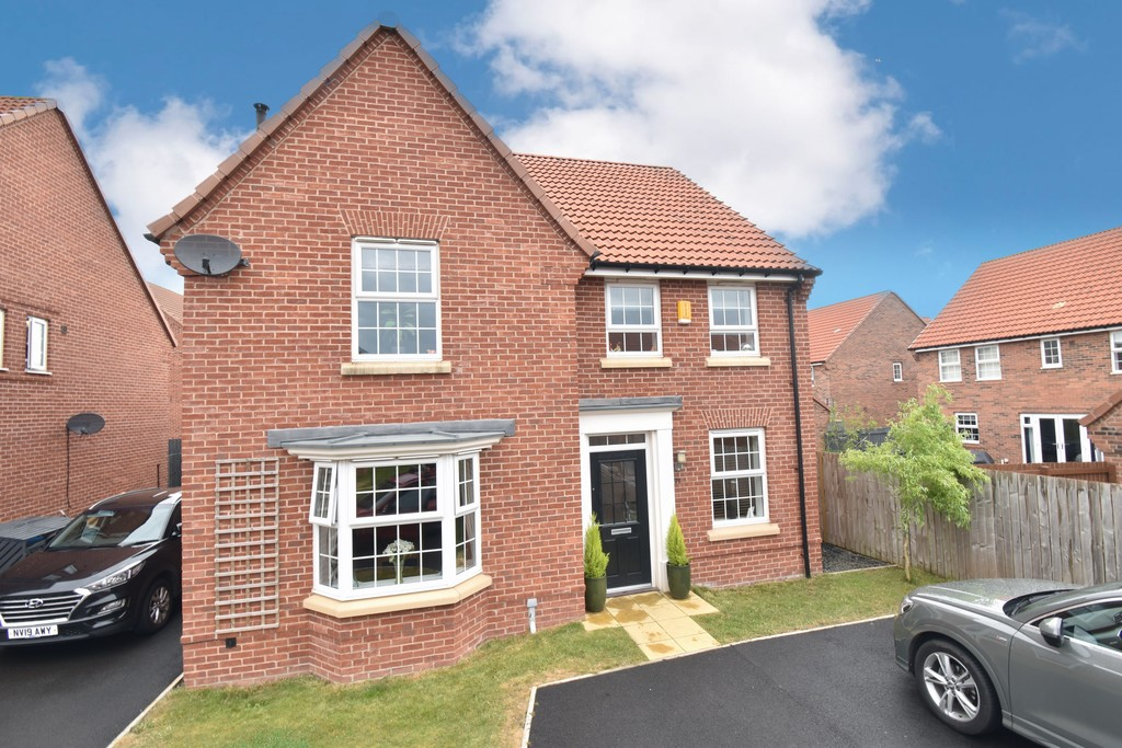 This beautifully designed detached house is situated at the head of a quiet cul de sac on the sought after Castlegate development recently built by David Wilson homes. Finished to a high standard throughout, the property benefits from well proportioned rooms including an open plan dining kitchen, study & 4 bedrooms.