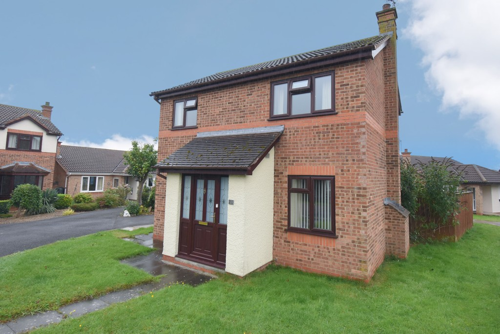 An immaculate Detached House which enjoys a first class location within a quiet cul de sac in this popular residential area which is situated close to open countryside on the southern outskirts of town yet within walking distance of the High Street and the highly regarded Broomfield primary schools.
