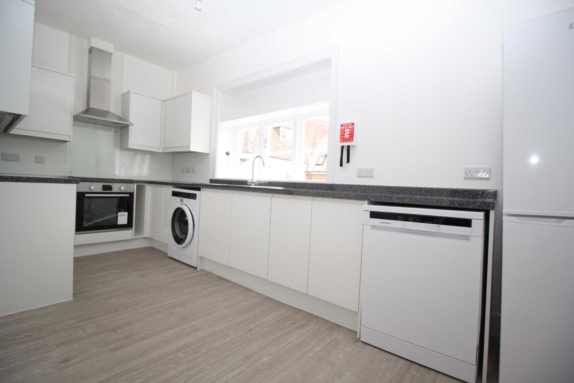 3 bed flat to rent in Market Place, Blandford Forum 1