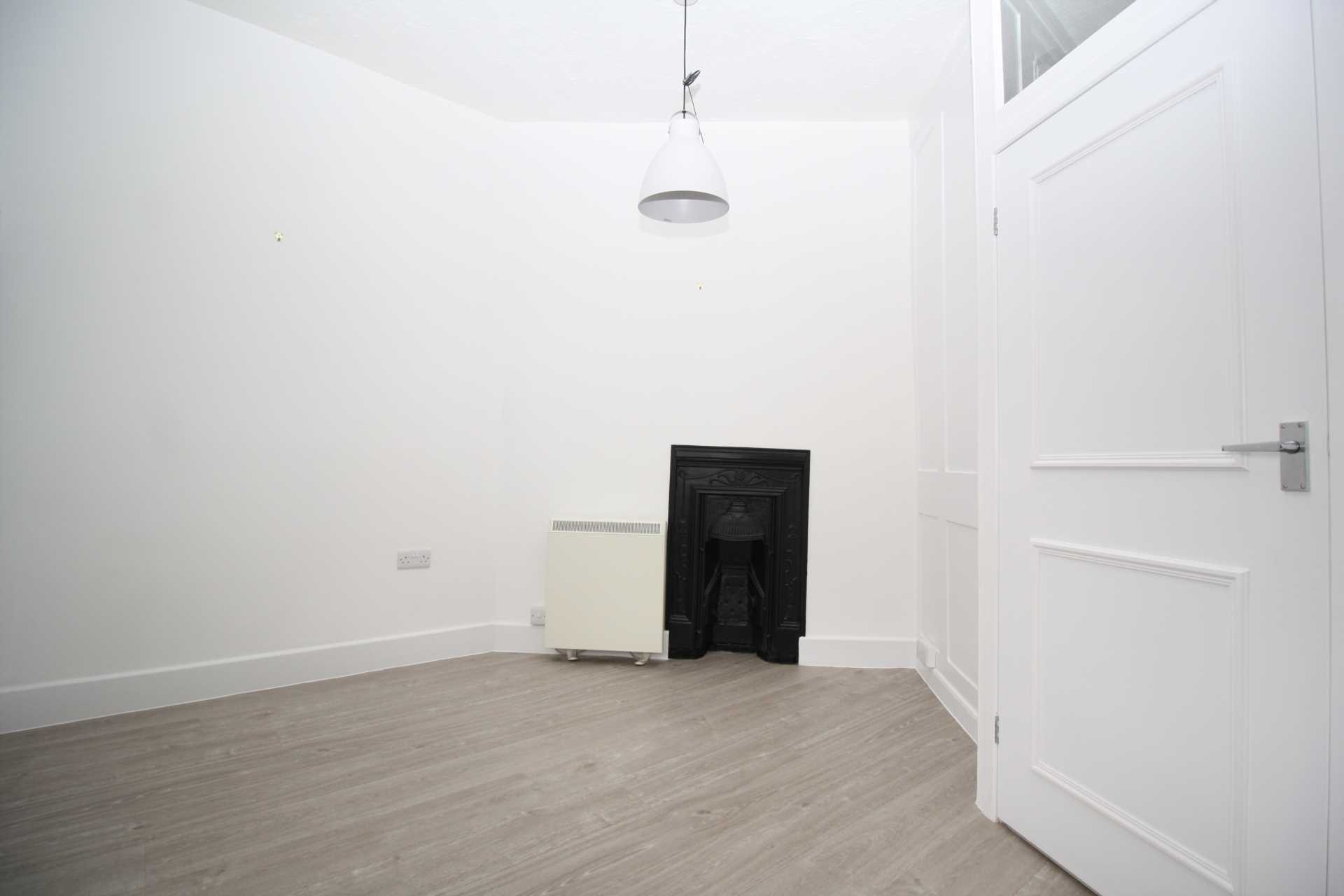 3 bed flat to rent in Market Place, Blandford Forum 2
