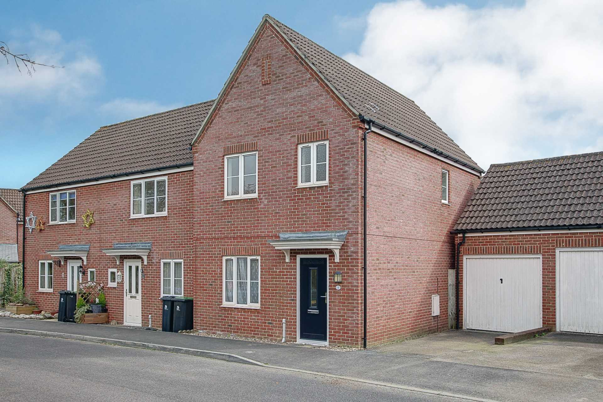 3 bed end of terrace house to rent in Chivrick Close, Sturminster Newton - Property Image 1